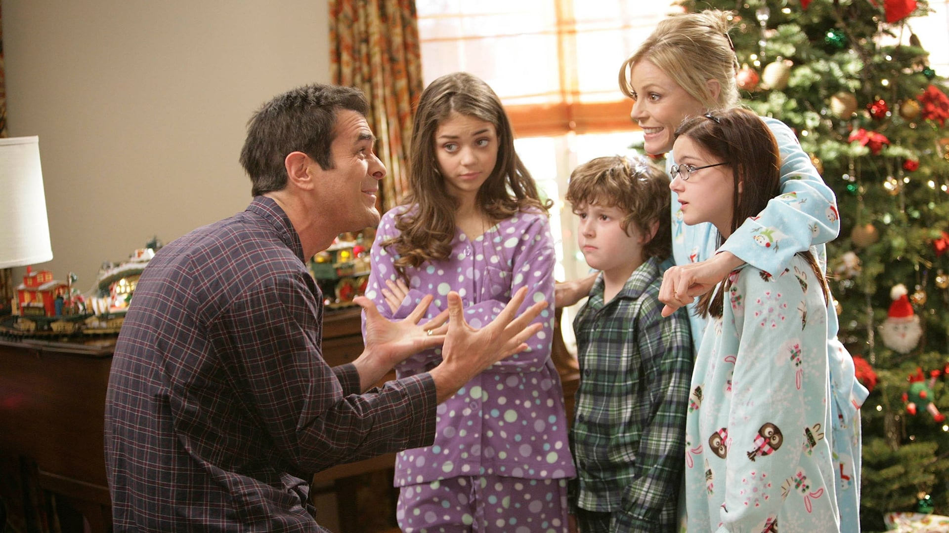 Modern Family Season 1 :Episode 10  Undeck the Halls