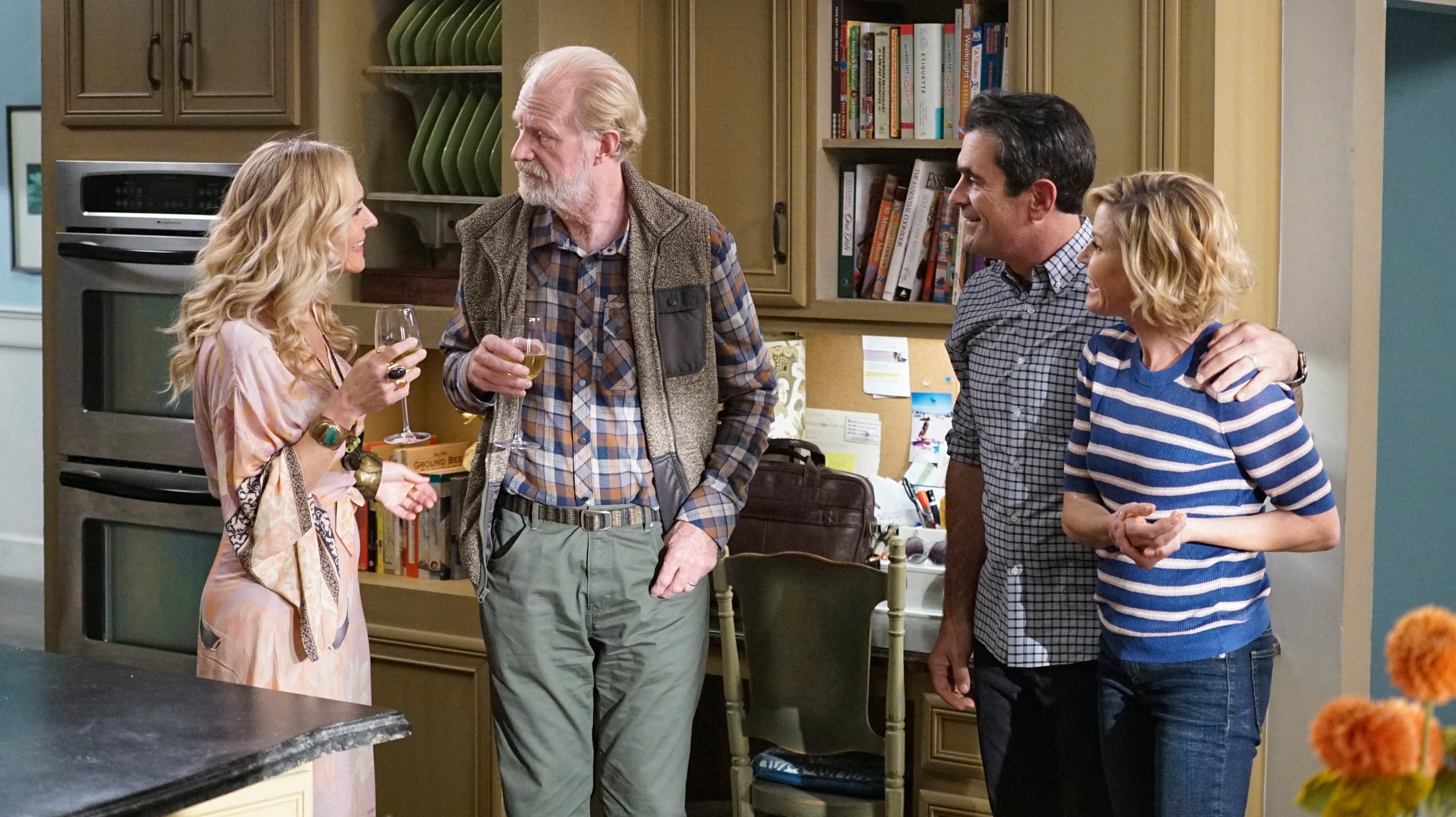 Modern Family Season 11 :Episode 8  Tree's a Crowd