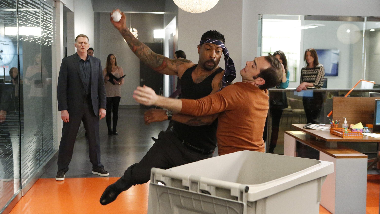 black-ish Season 1 :Episode 20  Switch Hitting
