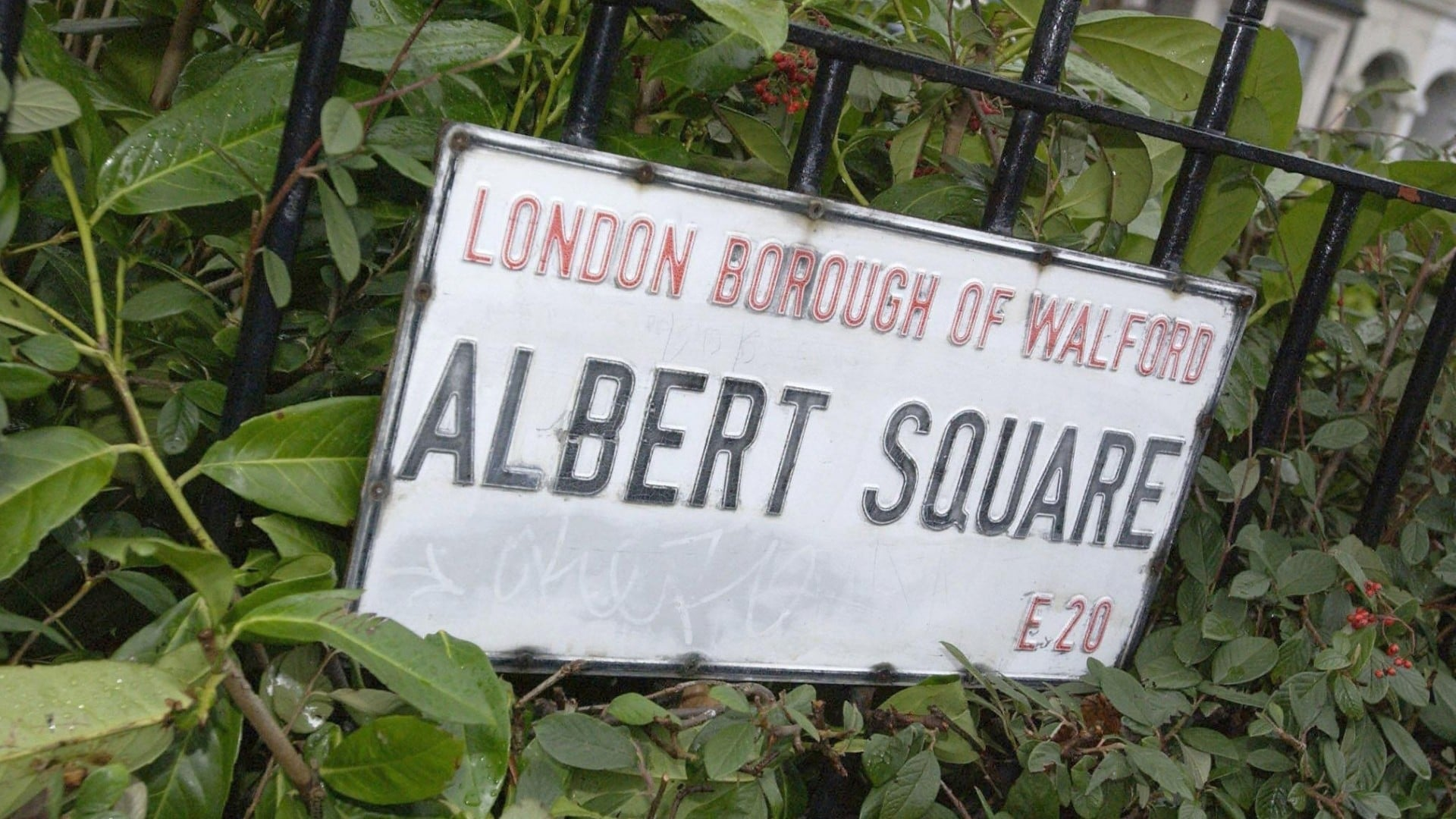 EastEnders - Season 27 Episode 61 : 18/04/2011