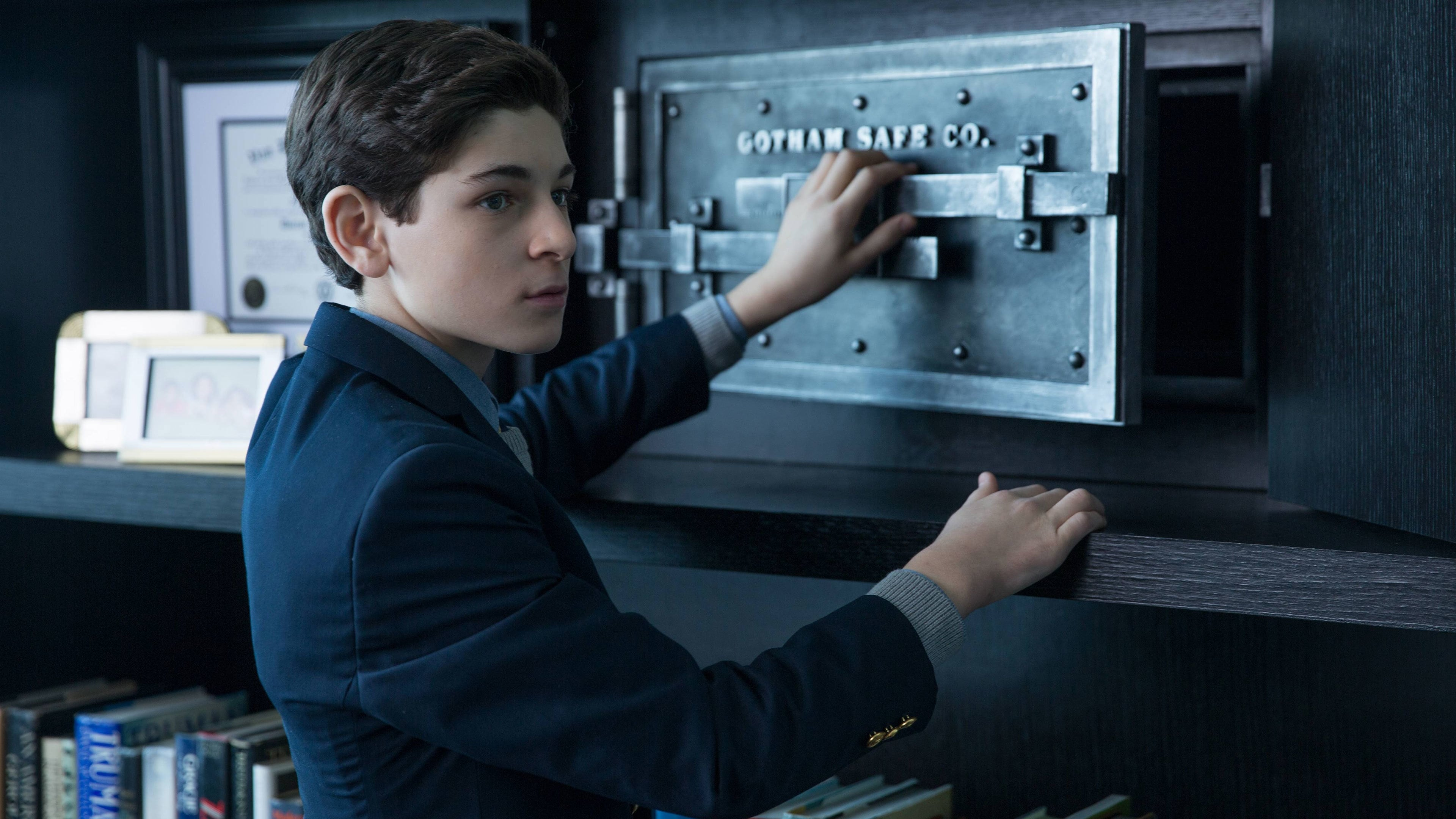 Gotham Season 1 :Episode 21  The Anvil or the Hammer