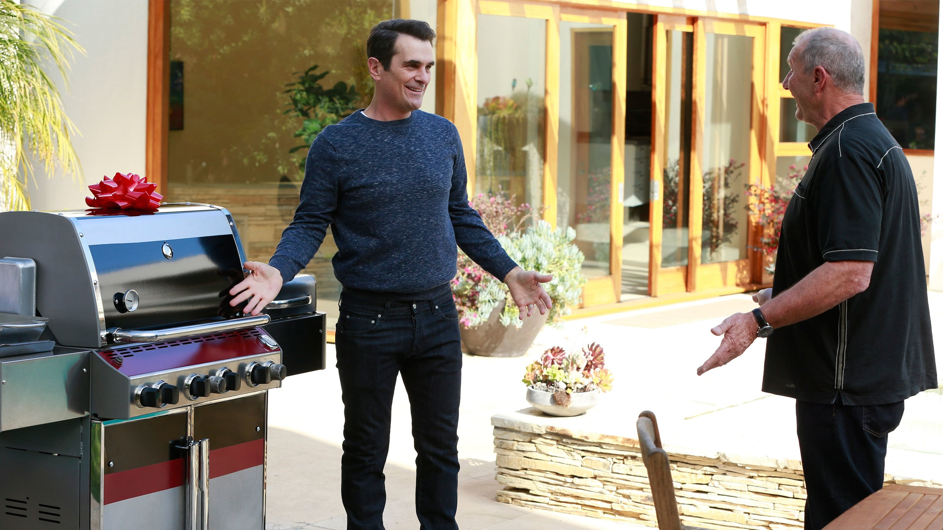Modern Family Season 6 :Episode 19  Grill, Interrupted