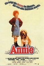 """Annie: Annie, ist die Geschichte eines mutigen, kleinen, rothaarigen Mädchens, das davon träumt, aus dem armseligen Waisenhaus herauszukommen. Sie versucht mehrmals zu fliehen, aber Miss Hannigan, die trunksüchtige Herrscherin des Waisenhauses, vereitelt ihre Pläne immer wieder. Eines Tages wird Annie auserwählt, eine Woche im Haus des berühmten Milliardärs """"Daddy"""" Warbucks zu verbringen. Annies liebenswürdiges Wesen bezaubert """"Daddy"""" so, dass aus einer viele Wochen werden. Zusammen stellen sie ganz New York auf den Kopf. In der Zwischenzeit aber plant Miss Hannigan mit zwielichtigen Helfern, Annie zu kidnappen."""