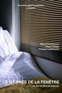 Le lit près de la fenêtre