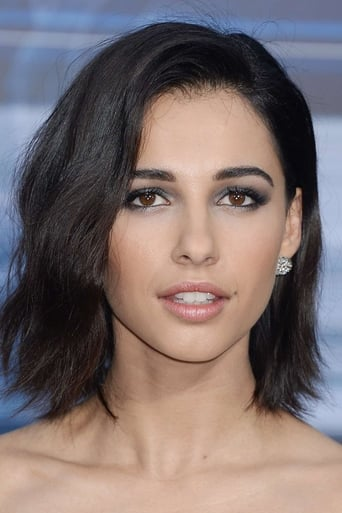 Naomi Scott alias Elena Houghlin