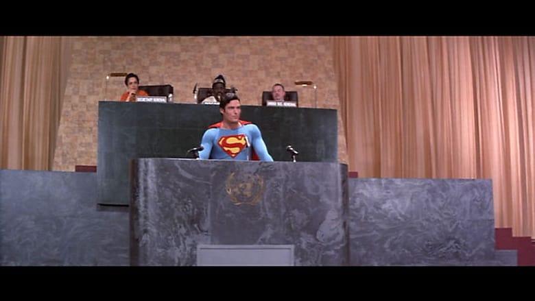 Superman dando declaraciones